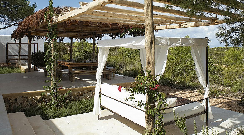Catalina House-interiorismo Casa Es Cap Daisi. Mobiliario exterior. Cama dosel