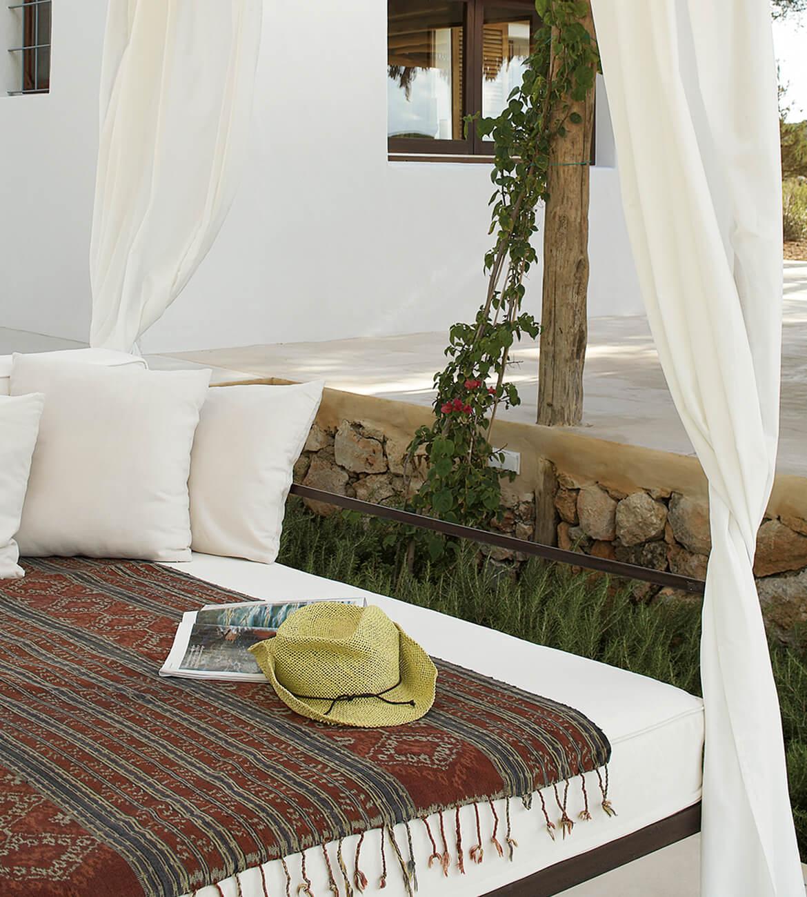 Catalina House-interiorismo Casa Es Cap Daisi. Mobiliario exterior. Detalle dosel