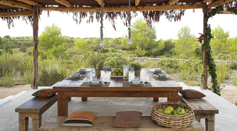 Catalina House-interiorismo Casa Es Cap Daisi. Mobiliario exterior. Mesa con bancos