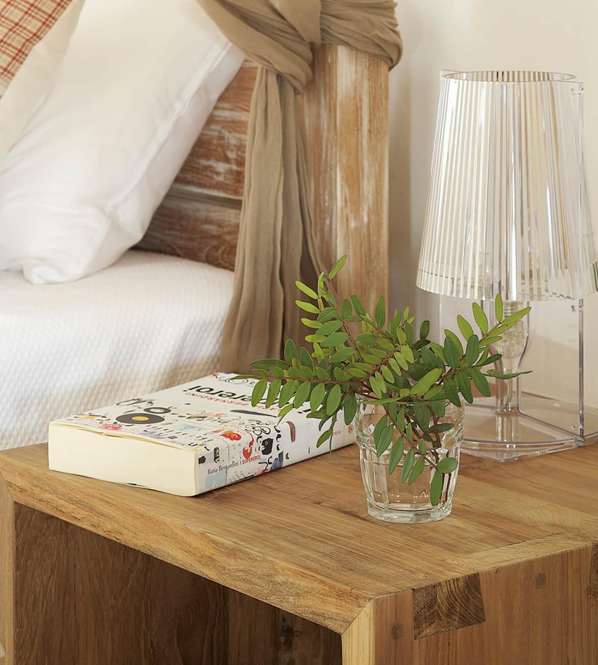 Catalina House-interiorismo Casa Es Cap Daisi. Dormitorio cama dosel. Detalle mesilla