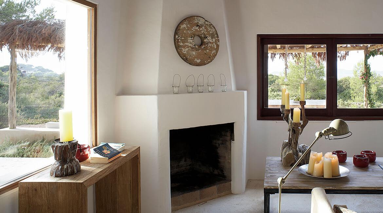 Catalina House-interiorismo Casa Es Cap Daisi. Decoración zona chimenea