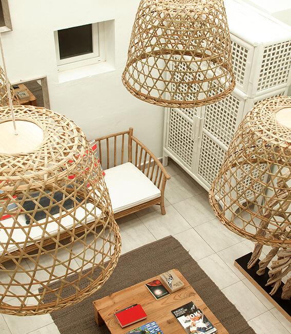lamparas de mimbre proyecto de interiorísmo Catalina House para apartamento de playa