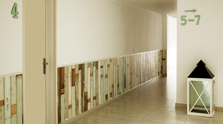 friso pasillo proyecto de interiorismo Catalina House para apartamento de playa