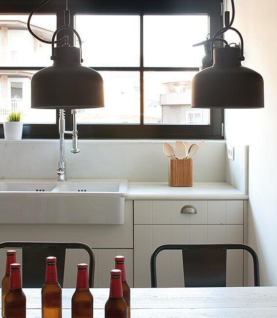 Catalina House interiorísmo casa Mitre. Cocina, detalle lámparas