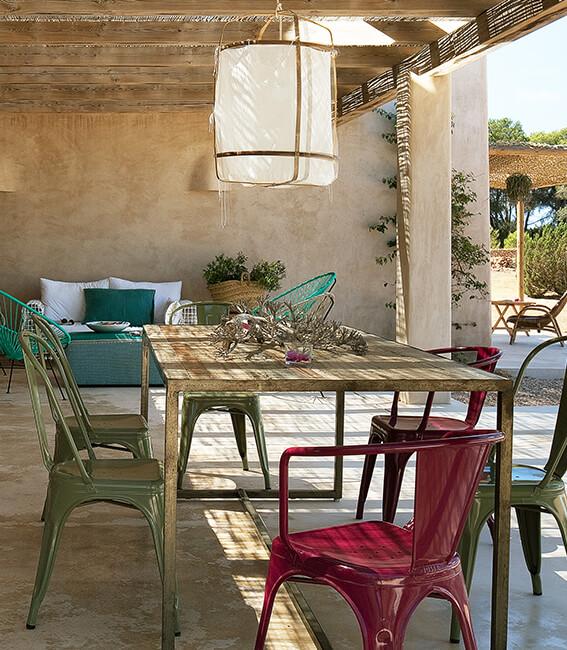 proyecto de interiorísmo Catalina House para casa Pep Lluqui. Comedor exterior porche silla tolix