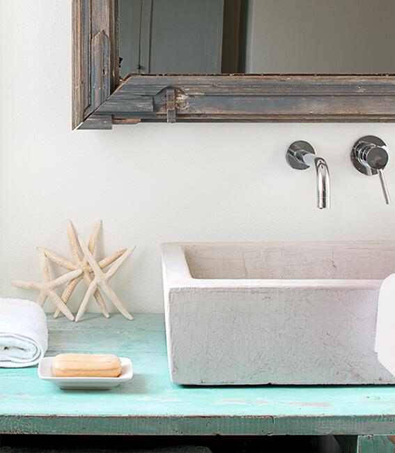 Catalina House interiorismo Casa Ses Roques Vilaro. Detalle espejo y mueble de baño