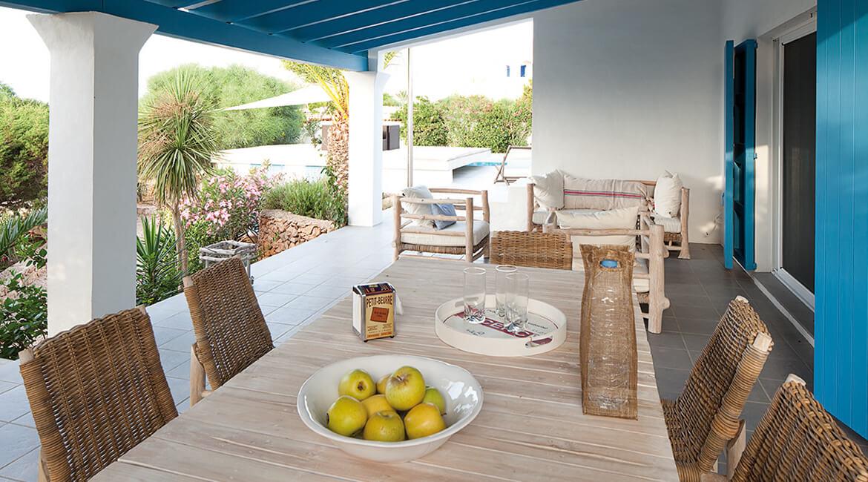 Catalina House proyecto de interiorísmo Casa Punta Prima Grau. Exterior detalle mesa madera natural