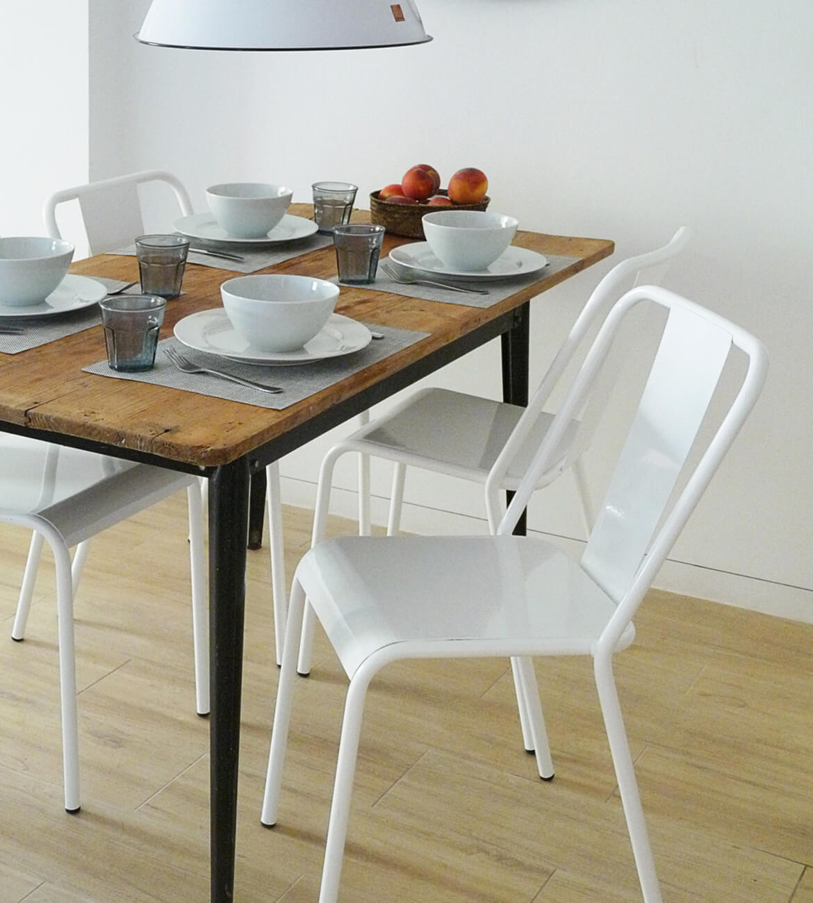 detalle sillas metal blancas proyecto de interiorísmo Catalina House para apartamento puerto Fuensanta