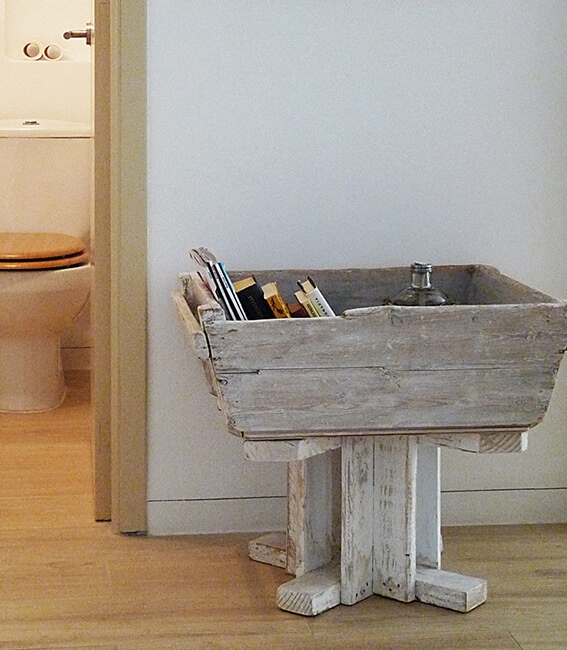 detalle revistero estilo rústico proyecto de interiorísmo Catalina House para apartamento puerto Fuensanta