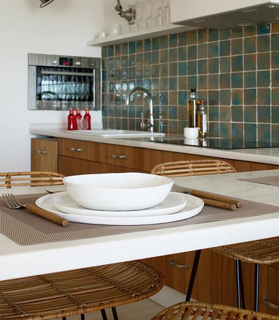 proyecto de interiorísmo Catalina House para apartamento Savina Blasi. Detalle vajilla
