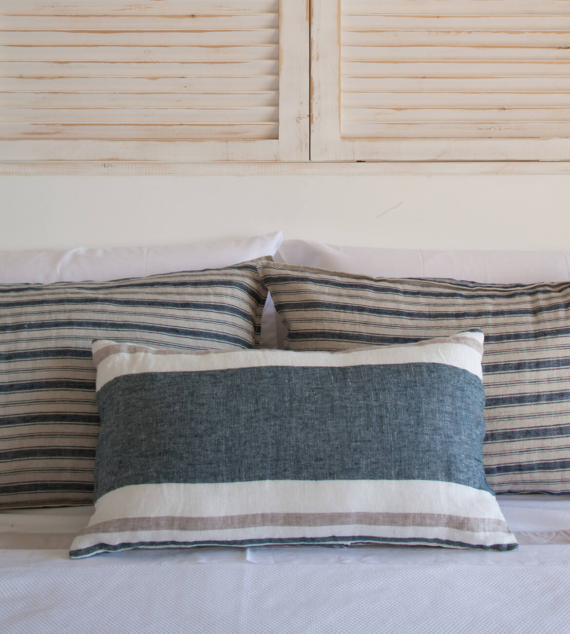 Interiorismo Catalina House Detalle ropa de cama cabecero persiana