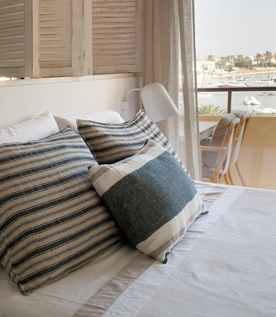 proyecto de interiorísmo Catalina House para apartamento Savina Blasi. Detalle ropa de cama