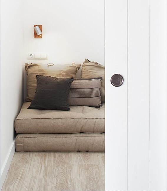 proyecto de interiorísmo Catalina House para apartamento Savina Blasi. Decoración zona de lectura