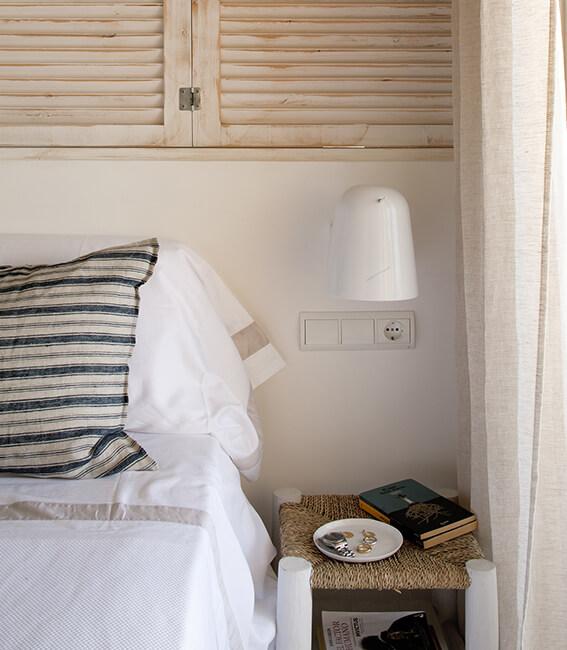 interiorísmo Catalina House para apartamento Savina Blasi. Detalle lámpara pared y mesilla