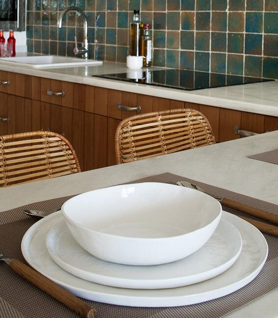 interiorísmo Catalina House para apartamento Savina Blasi. Detalle vajilla