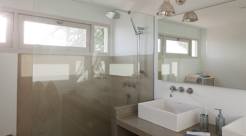 baño proyecto interiorísmo Catalina House Casa La Mola Ruco