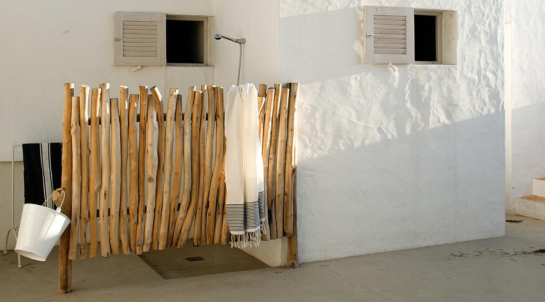 ducha exterior valla madera proyecto interiorísmo Catalina House Casa La Mola Ruco