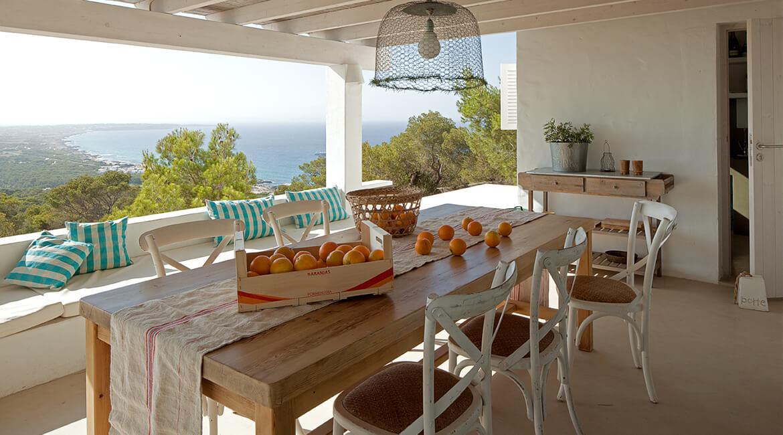 mesa madera porche interiorísmo casa la mola