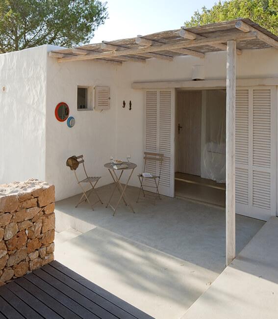 mesita porche exterior interiorísmo Catalina House Casa La Mola Ruco