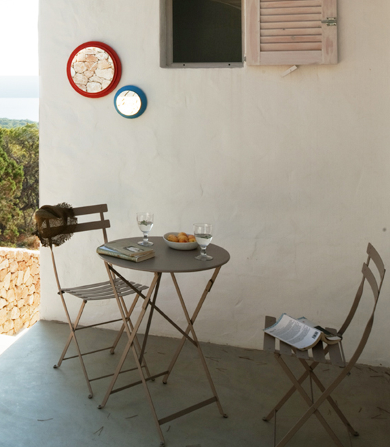 mesa metálica exterior interiorísmo Catalina House Casa La Mola Ruco