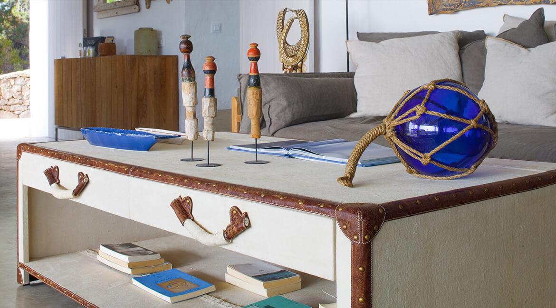 mesa auxiliar proyecto interiorísmo Catalina House Casa La Mola Ruco