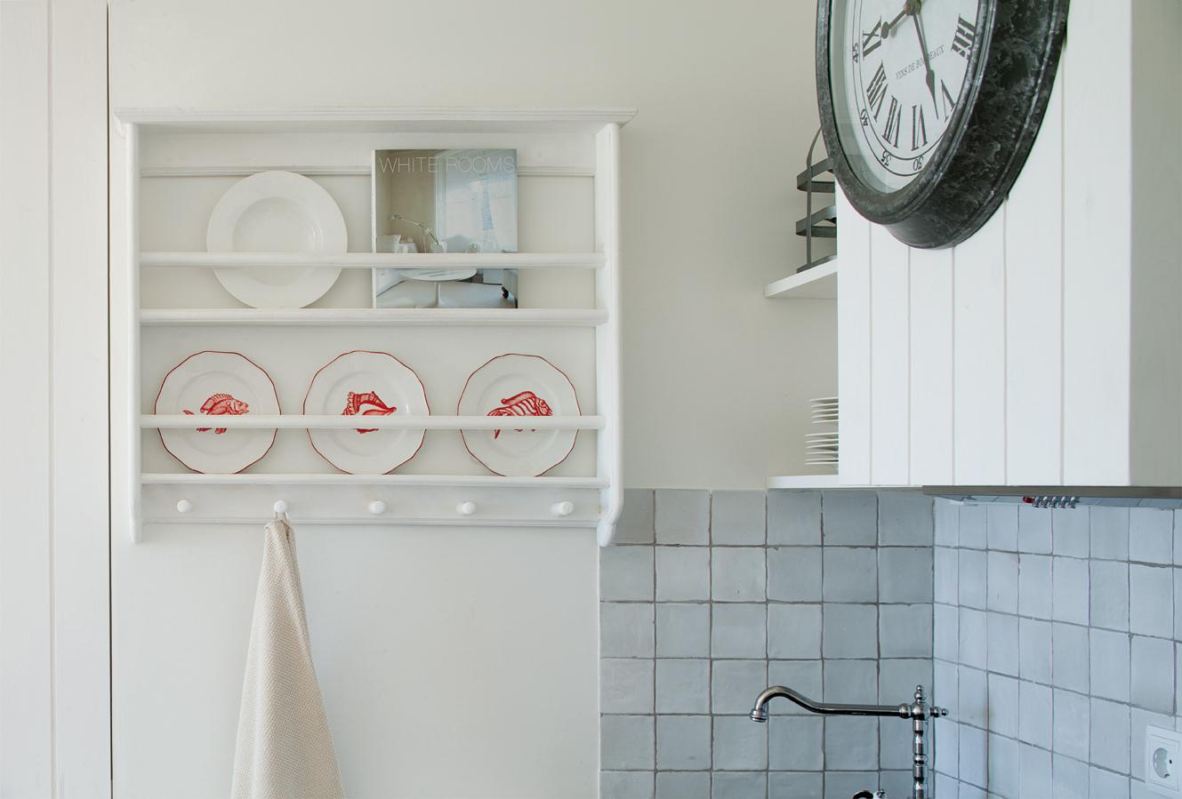 """Vista de detalle de la cocina, donde destaca el platero de estilo """"retro""""."""