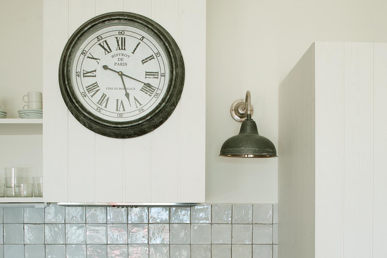Vista de detalle de la campana de extracción y los estantes de la parte superior de la cocina.